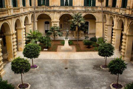 neptuno: Patio con la estatua de Neptuno en el palacio del Gran Maestro en Valletta