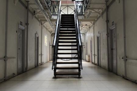 cellule prison: le couloir dans un bloc de cellule de prison Banque d'images