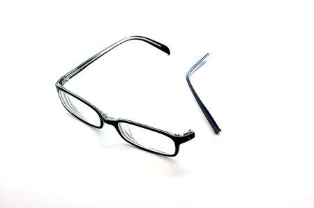 brazo roto: Gafas con un brazo roto aislados en blanco