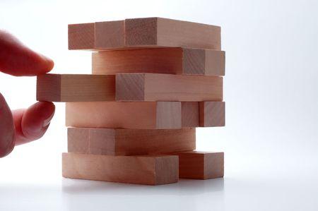 perpendicular: Rimozione blocco di legno da torre isoloated su bianco