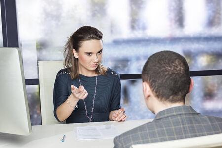Tough sollicitatiegesprek tussen man en vrouw Stockfoto
