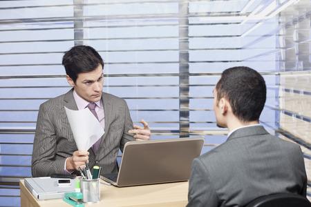 entrevista de trabajo: Entrevista de trabajo desafiante entre el hombre y el empleador