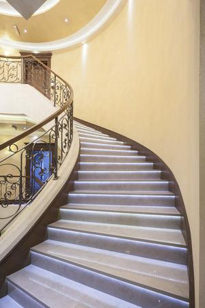 Luxe trap met led-verlichting in hotel