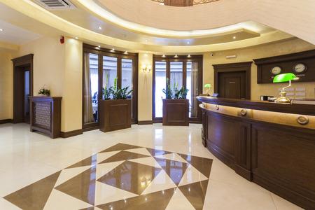 iluminacion: Vestíbulo del hotel de lujo con la recepción Foto de archivo