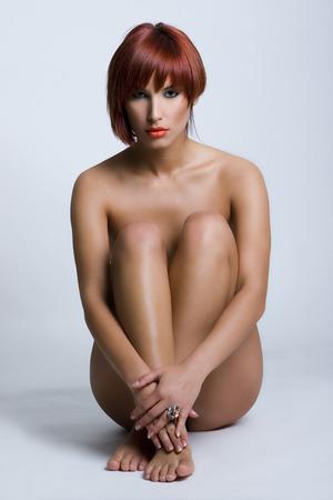 mujer desnuda sentada: Hermosa mujer desnuda sentada en el suelo Foto de archivo