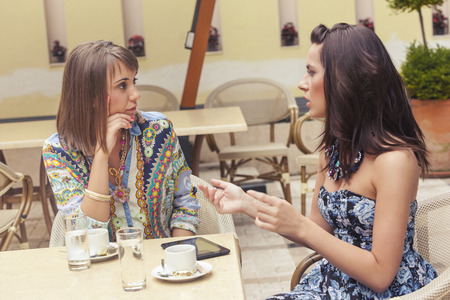 Twee vriendinnen praten in cafe Stockfoto