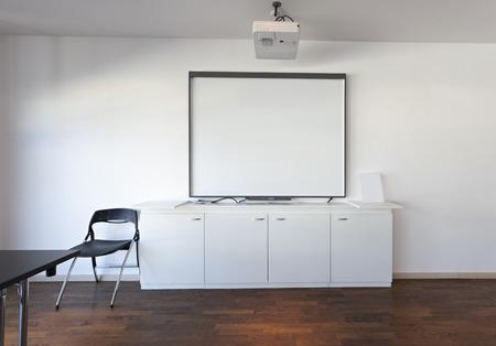 écran de projection dans une salle