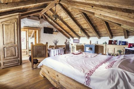 素朴な屋根裏部屋の寝室のインテリア