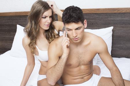 novios enojados: Mujer joven enojado por su novio hablando por tel�fono