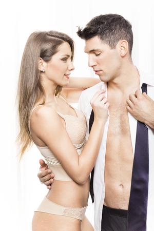 parejas sensuales: Pares atractivos en semi-vestido
