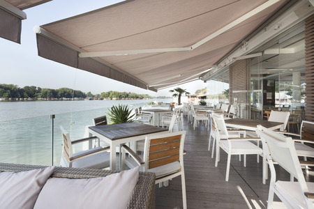 Riverside terrace cafe Standard-Bild