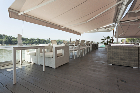Moderne Café-Terrasse am Flussufer