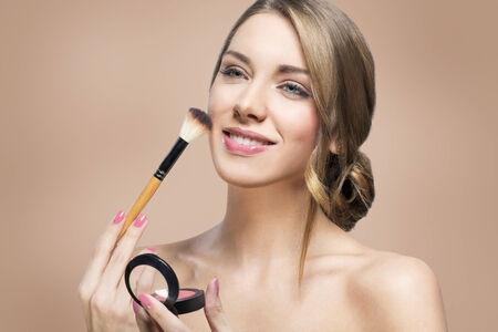 mujer maquillandose: Hermosa mujer aplicar rubor