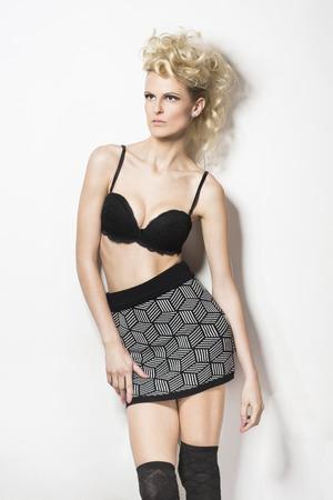 falda corta: Moda retrato de una mujer en sujetador y falda corta