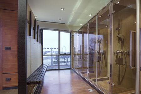 Fitness- en wellness-kleedkamer en badkamer met douche Stockfoto - 36324639