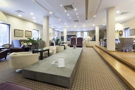 Hotel lobby met comfortabele meubels