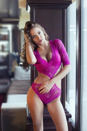 lenceria: Sexy mujer en ropa interior de color rosa  Foto de archivo