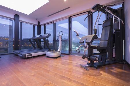 Moderne fitnessruimte interieur Stockfoto - 37120472