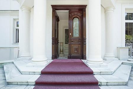 Voordeur van luxe villa Stockfoto - 36965687
