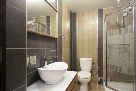 inodoro: Interior del cuarto de baño del hotel Foto de archivo