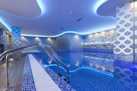 스파 센터에서 화려한 불빛과 함께 실내 수영장