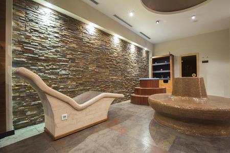 Interni moderno centro termale con sedie con pietre calde