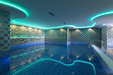 Ambientazione interna piscina con luci colorate al centro benessere