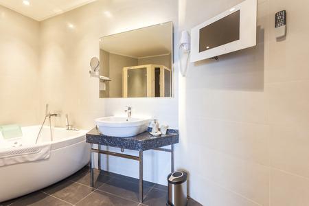 piastrelle bagno: Moderno bagno con vasca idromassaggio