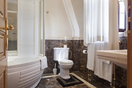 bathroom design: Luxury bathroom with marble floor