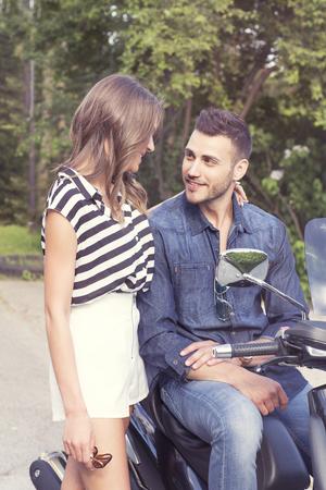 vespa piaggio: Romantico coppie di conversazione, l'uomo seduto sulla vespa