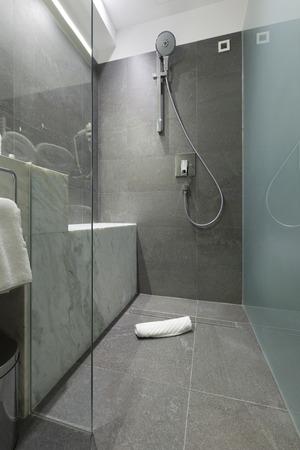 현대적인 욕실에서 샤워