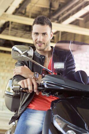 beau jeune homme: Beau jeune homme sur la moto Banque d'images