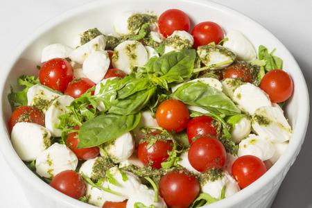 tomate cherry: Cereza de tomate y ensalada de mozzarella Foto de archivo