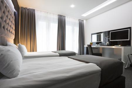 gemelas: Elegante interior habitación doble moderna