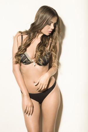 femme en sous vetement: Belle jeune femme posant en lingerie