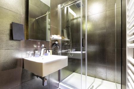 bathroom interior: Elegant bathroom interior