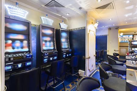slot machines: Las máquinas tragamonedas en el casino Foto de archivo