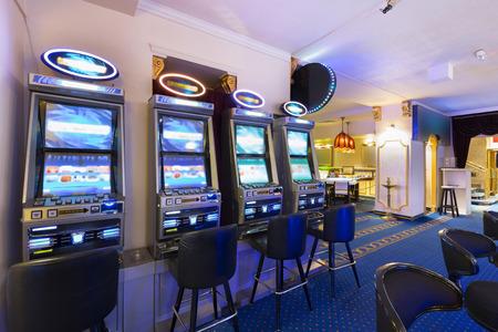 Las máquinas tragamonedas en el casino Foto de archivo