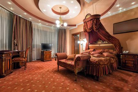 豪華なクラシック スタイルのベッドルームのインテリア 報道画像