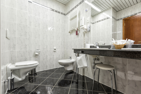 bathroom interior: Modern bathroom interior
