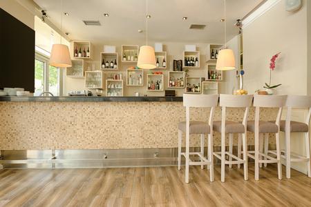 현대적인 카페의 바 카운터