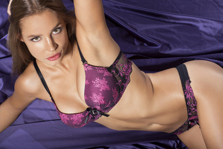 donna sexy: Donna attraente posa in lingerie