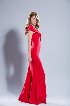 mujer elegante: Beautiful woman in red dress
