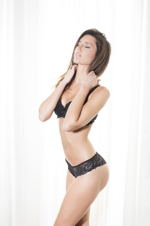 panties: Mujer hermosa que presenta en sujetador y bragas Foto de archivo