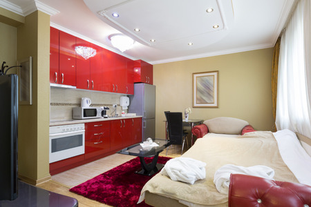 침실과 부엌 작은 아파트 스톡 콘텐츠