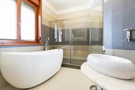 cuarto de baño: Moderno cuarto de baño interior