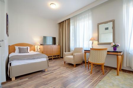 silla de madera: Inter de un apartamento de estilo clásico - dormitorio