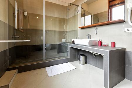 bathroom: Interior de un baño moderno