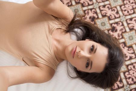 ropa interior: Joven y bella mujer tomando selfie en la cama Foto de archivo