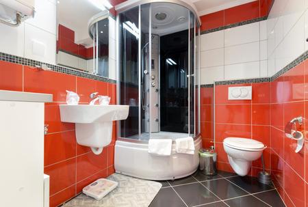 cabine de douche: Intérieur d'une salle de bains moderne avec des murs rouges